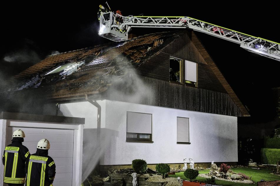 Die Feuerwehr konnte das Feuer erst nach einigen Stunden unter Kontrolle bringen.