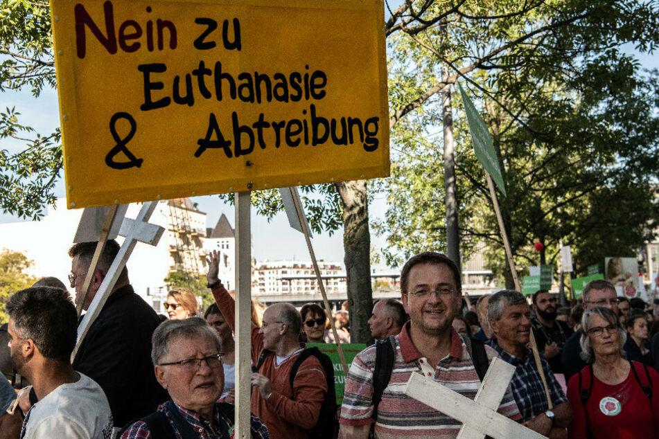 """Ein Teilnehmer vom sogenannten «Marsch für das Leben"""" hält ein Schild mit der Aufschrift """"Nein zu Euthanasie und Abtreibung"""" im Regierungsviertel."""