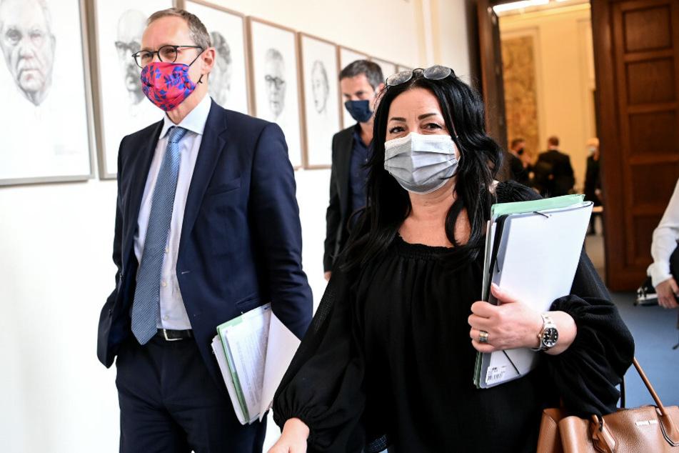 Michael Müller (SPD, l) und Dilek Kalayci (SPD) kommen zur Senats-Pressekonferenz.