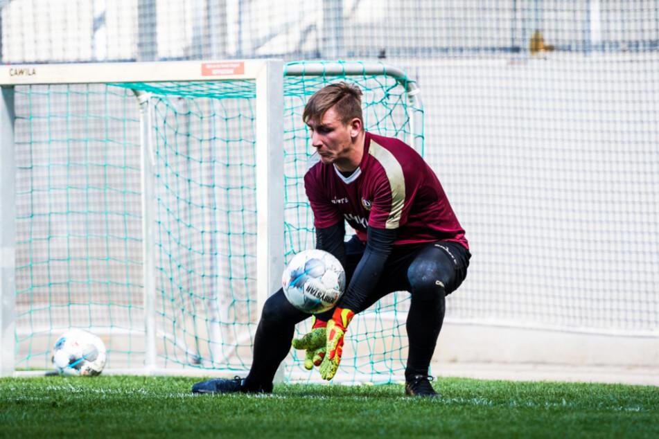 Dynamo-Keeper Kevin Broll beim Training im Stadion. Viele seine Mitspieler sieht er im Moment gar nicht, weil die Dresdner in zwei Gruppen üben müssen.