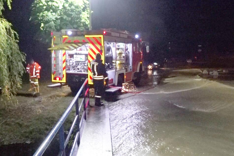 Die Feuerwehr kämpfte in Hirschberg gegen die Wassermassen.