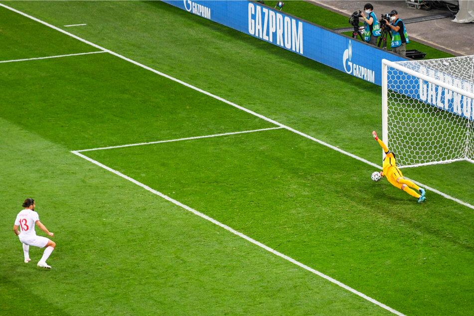 Der erste Knackpunkt: Der frühere Wolfsburger Ricardo Rodriguez (l.) scheitert mit seinem Elfmeter an Frankreichs Keeper Hugo Lloris und vergibt das 2:0 für die Schweiz.
