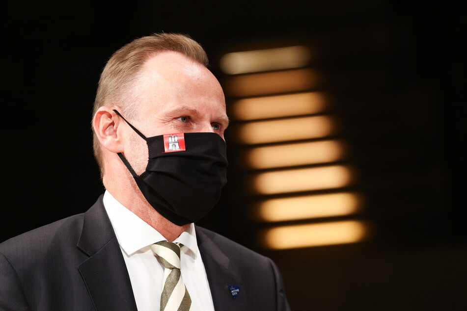 Andy Grote (SPD), Innen- und Sportsenator in Hamburg, steht bei einem Pressetermin auf der Bühne im Großen Saal der Elbphilharmonie.