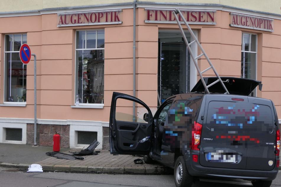 In Naunhof ist ein Transporter aus noch unbekannter Ursache in ein Optiker-Geschäft gerauscht.