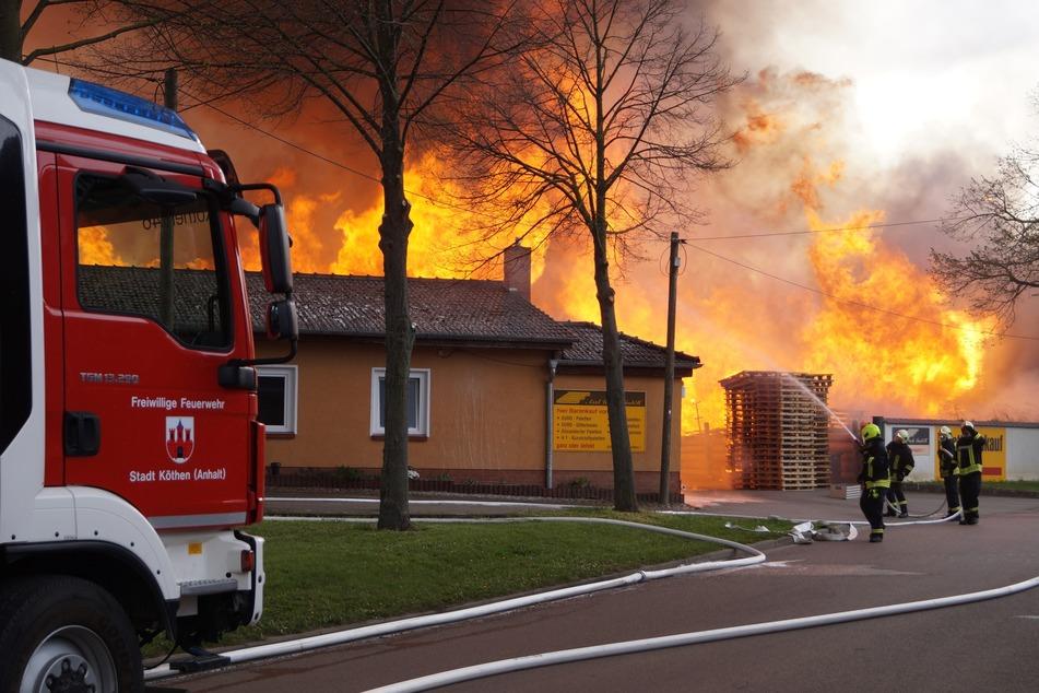 Am Mittwochabend geriet ein Palettenhandel in Brand.