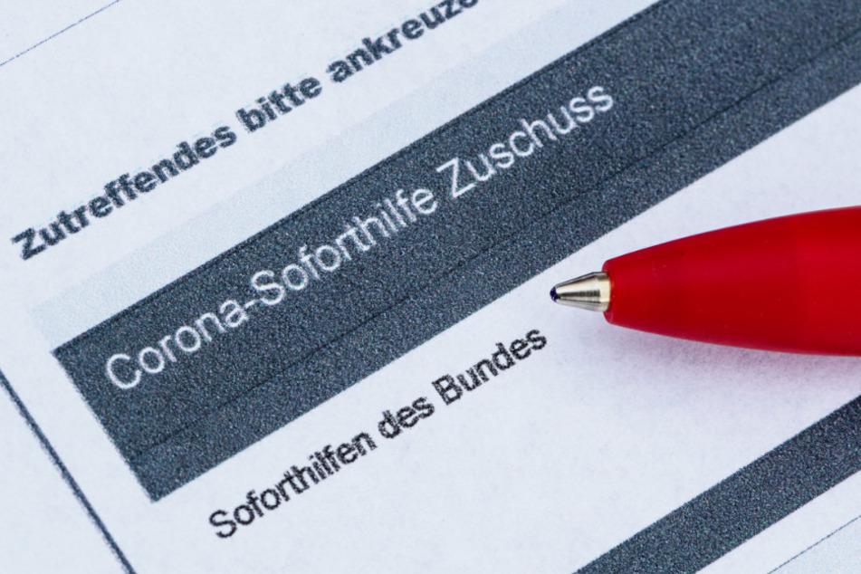 Ein Stift liegt auf einem Antrag für den Corona-Soforthilfe-Zuschuss. (Archivbild)