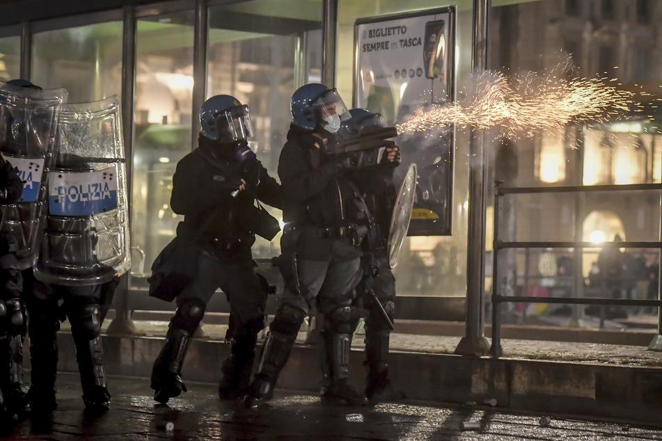 Polizisten setzen während eines Protests gegen die Corona-Maßnahmen der Regierung Tränengas ein.