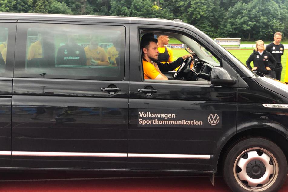 """Justin """"Leo"""" Löwe (im Auto sitzend) wurde direkt in die Klinik gefahren."""