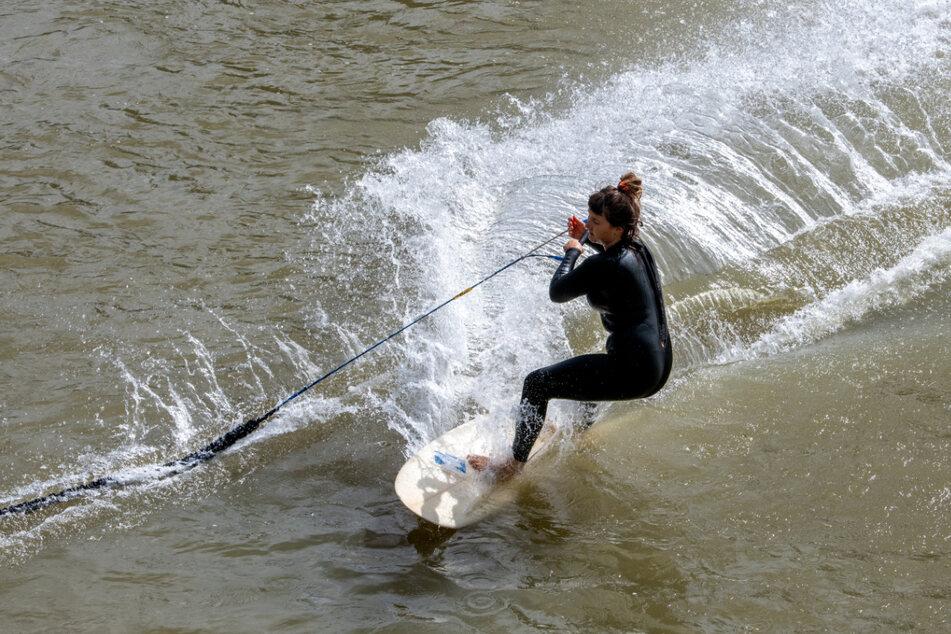 Ulm: Fiola surft bei Waiblingen mit einem Bungee-Seil auf der Iller zwischen Bayern und Baden-Württemberg.