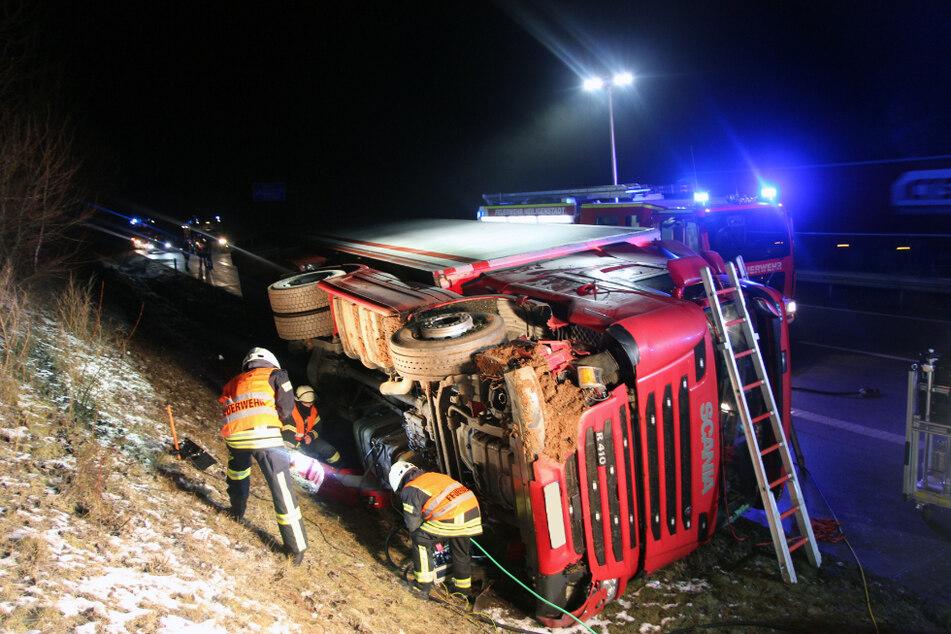 Feuerwehr pumpt 500 Liter Diesel aus verunglücktem Lkw auf A38