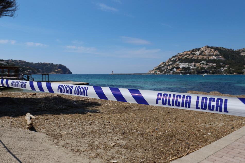 Ein gesperrter Strandabschnitt auf Mallorca. Den Beamten gelang es, auf der Insel zahlreiche Menschen aufgrund der Geldwäsche festzunehmen. (Symbolbild)