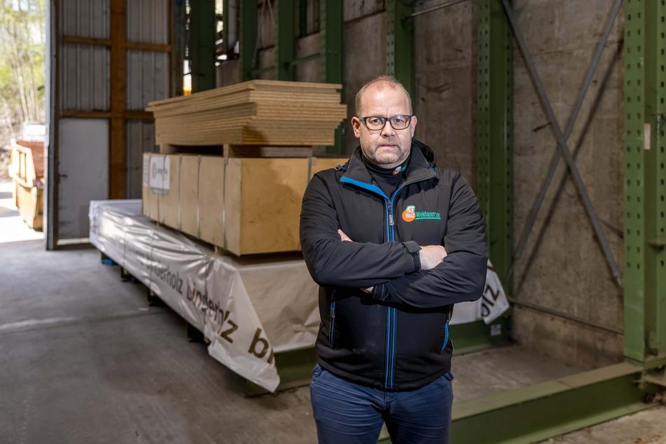 Obwohl es seine Geschäftsgrundlage ist, rät Holzhändler Steffen Weidauer (50) derzeit von Bauvorhaben ab.