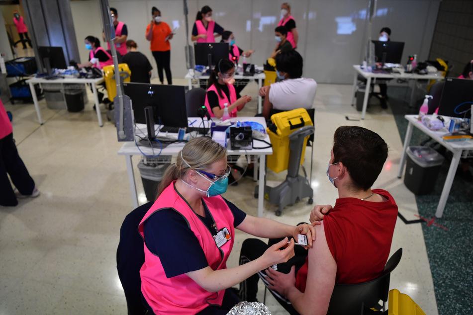 Australien, Sydney: Tausende von Oberstufen-Schülern der Jahrgangsstufe 12 erhalten ihre Pfizer-Impfungen gegen das Coronavirus im Massenimpfzentrum in der Qudos Arena in Sydney.