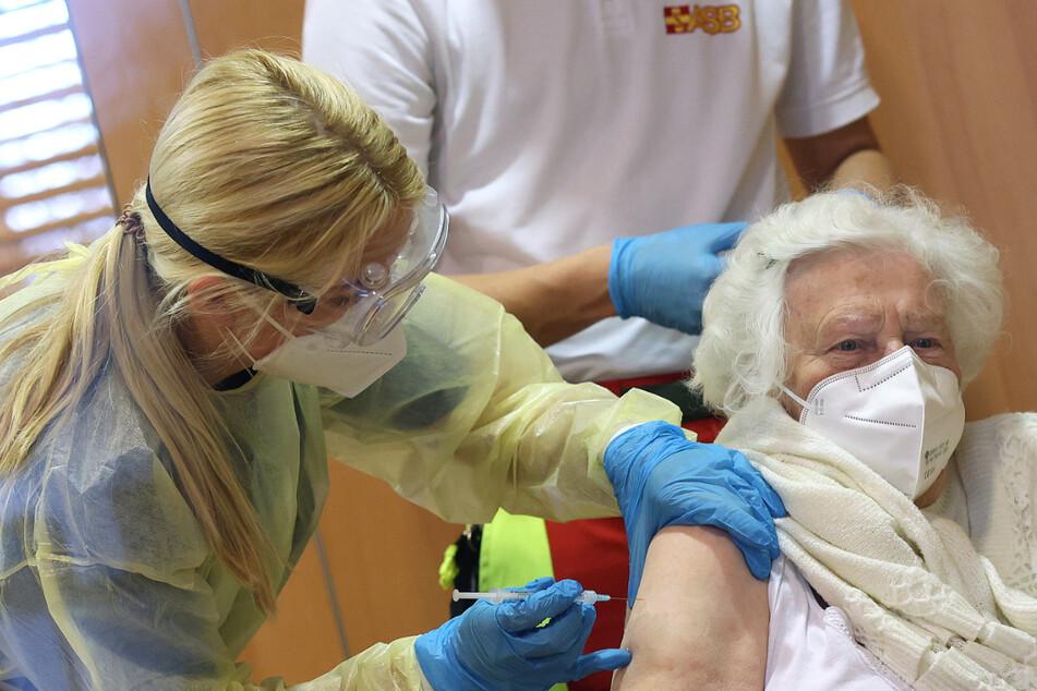 Corona-Impfungen in Sachsen: Mehr Dosen für die Zentren, Heimbewohner müssen länger warten