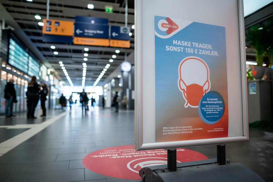 Auf einem Schild wird im Hauptbahnhof Essen auf die Maskenpflicht hingewiesen. Die Pflicht bleibt.