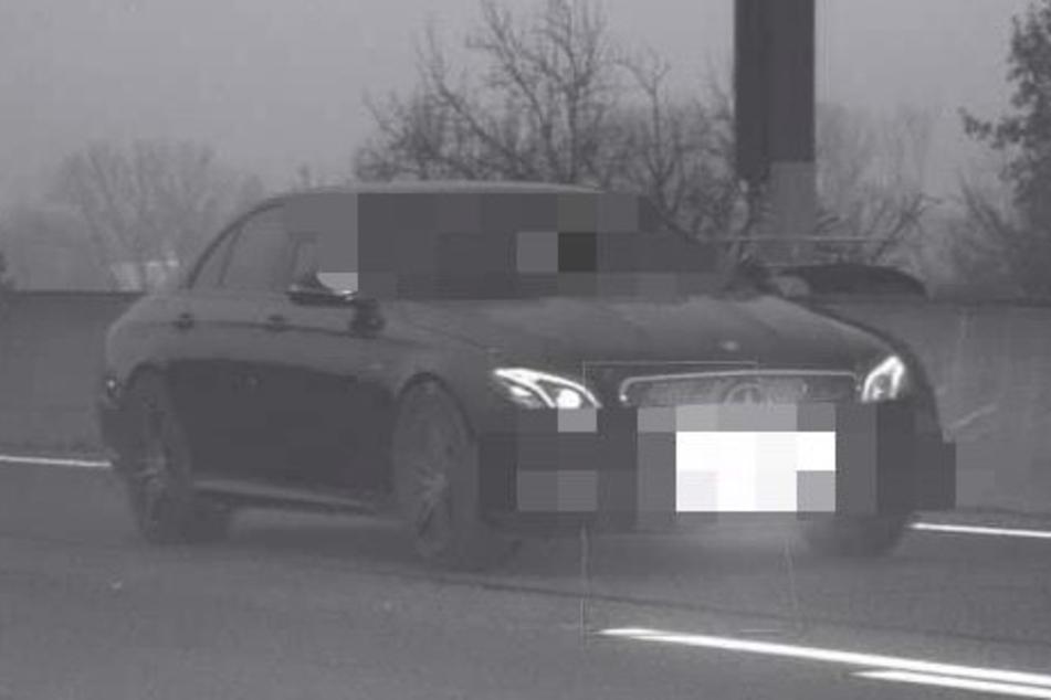 Mercedes AMG brettert mit irrer Geschwindigkeit durch Autobahnbaustelle