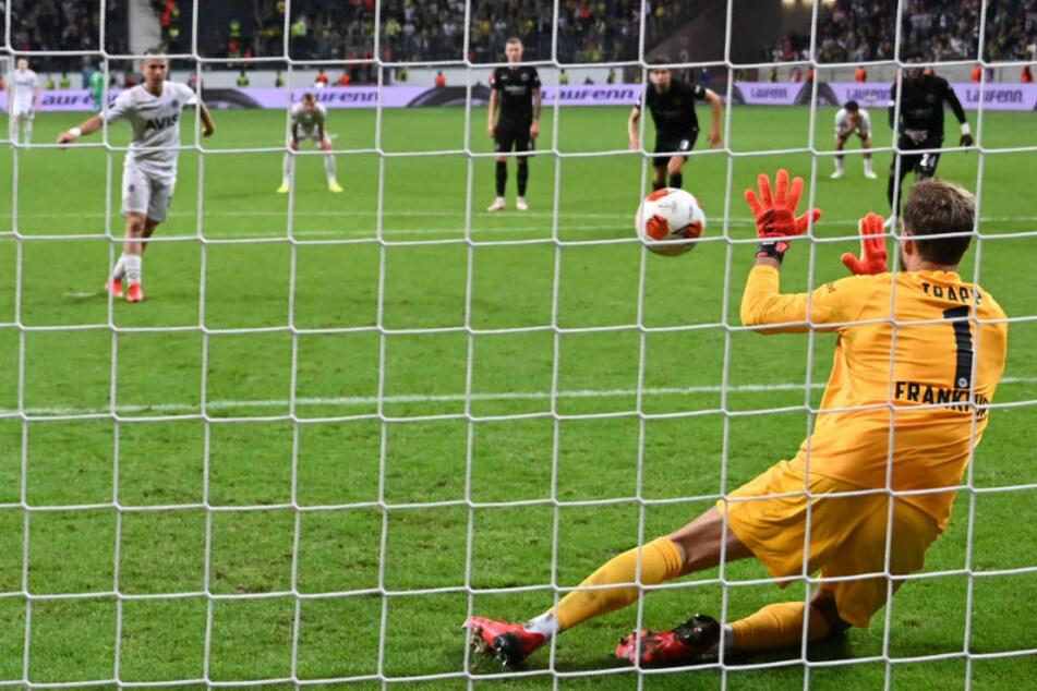 Eintracht Frankfurts Kevin Trapp pariert den Elfer gegen Istanbuls Dimitrios Pelkas in der Nachspielzeit.