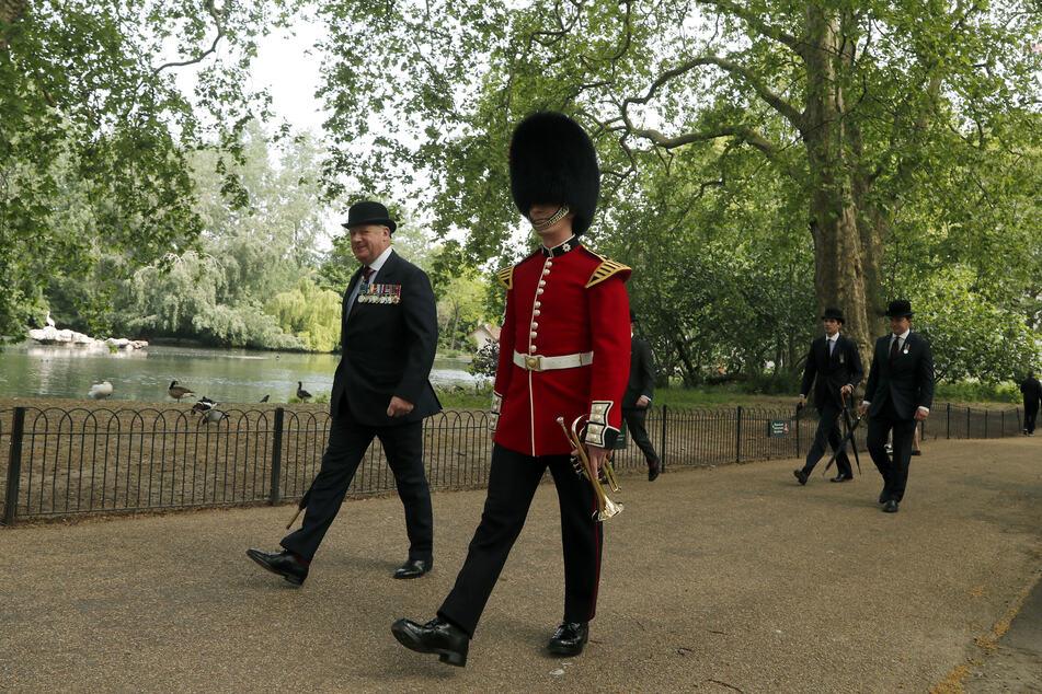Ein Gardist geht durch den St. James Park in London (Symbolbild).