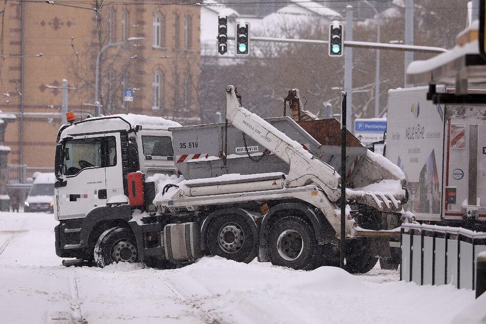 Ein Lkw fuhr sich im Bereich der Haltestelle Lößnitzstraße im Schnee fest.
