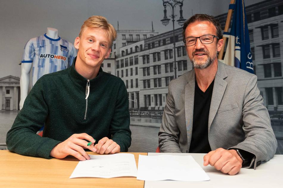 Oliver Christensen (l.) unterzeichnet im Beisein von Fredi Bobic seinen langfristigen Vertrag.