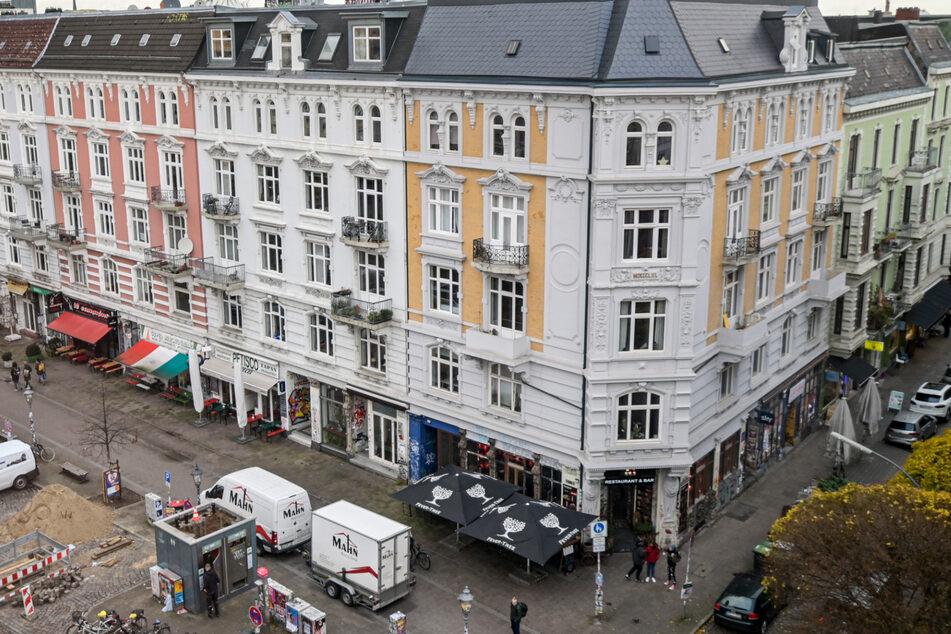 Autos parken vor den Cafés und Geschäften des Schulterblatts im Schanzenviertel.