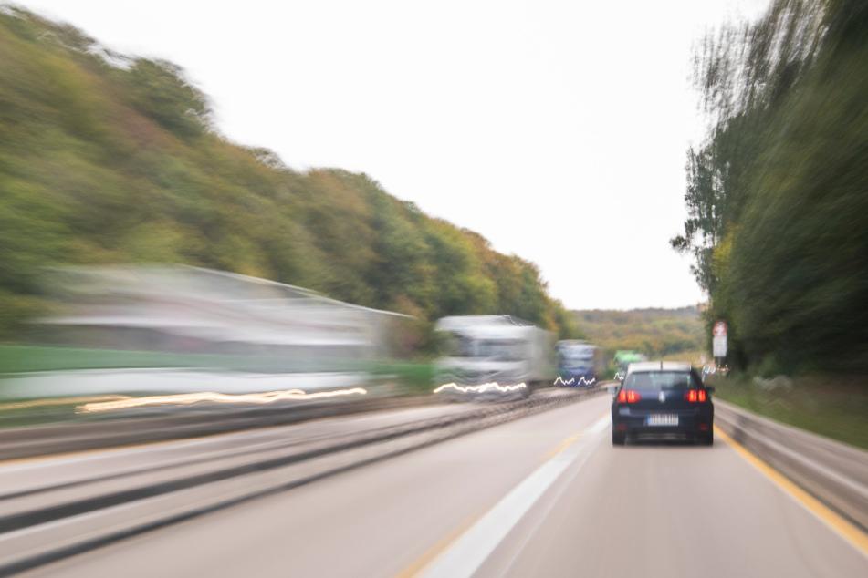 Mann fährt mit Fahrrad über Autobahn: Bei Kontrolle wird er immer aggressiver