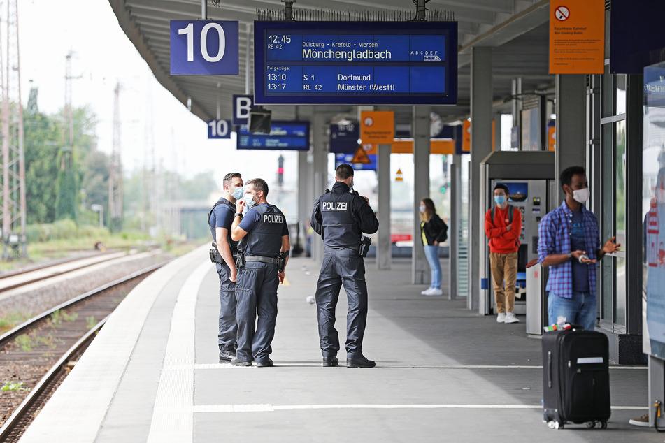 Bundespolizisten kontrollieren auf dem Essener Hauptbahnhof die Einhaltung der Maskenpflicht.