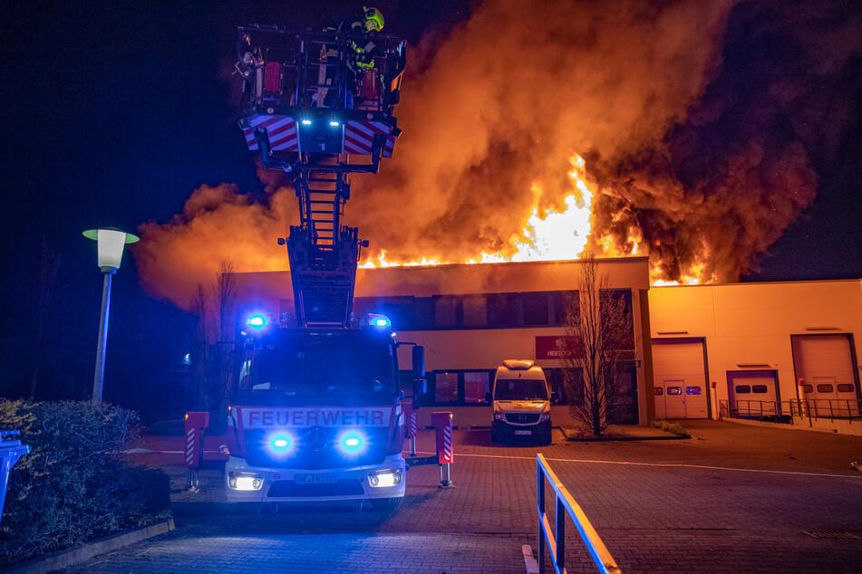 Firmenhalle bei Feuer in Neuss komplett zerstört