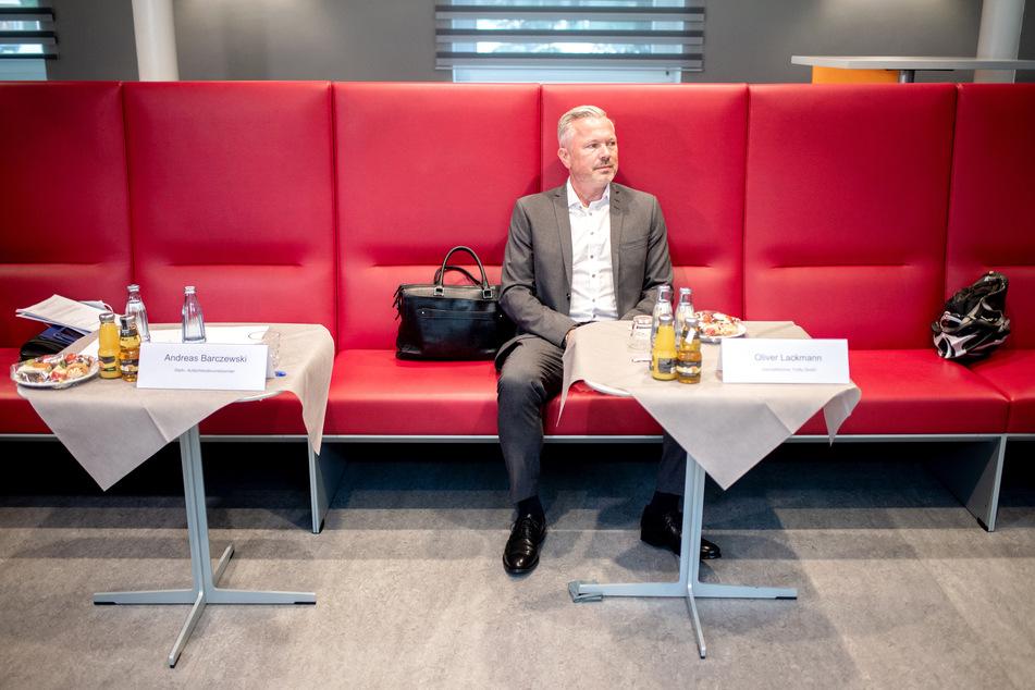 Oliver Lackmann, Geschäftsführer TUIfly GmbH, sitzt vor Beginn eines Gesprächs mit dem niedersächsischen Wirtschaftsminister Althusmann auf einer roten Bank.