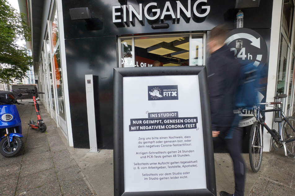 Ein Fitnessstudio am Alexanderplatz weist auf die geltenden Corona-Regeln hin. Künftig können Betreiber entscheiden, ob sie auf 3G oder 2G setzen.