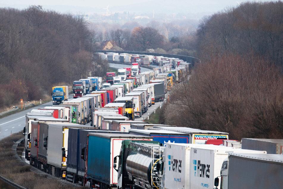 Der Stau auf der A4 Richtung polnische Grenze ist bis zum Abend auf über 40 Kilometer angewachsen.