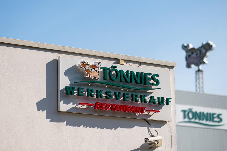 Ein Schild weist auf den Werksverkauf und das Restaurant der Firma Tönnies hin.