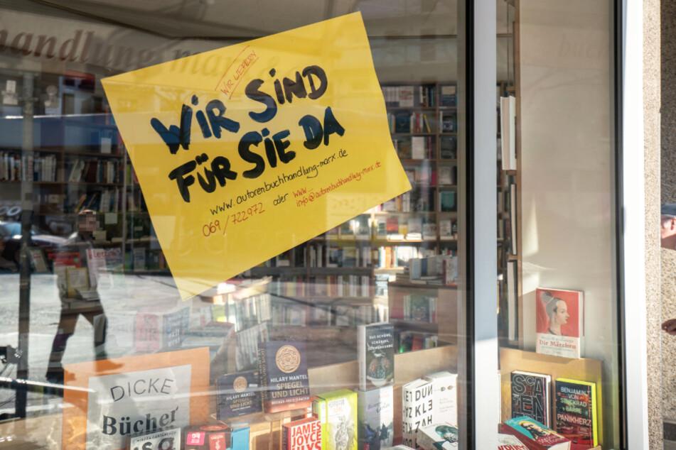 """""""Wie sind für Sie da"""" steht im Schaufenster der Autorenbuchhandlung Marx & Co im Frankfurter Westend."""