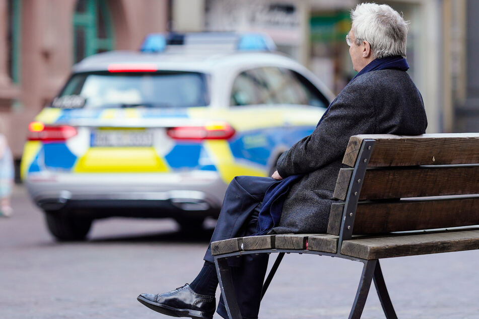 Rentner wirft mit Steinen nach Autos und bedroht Fahrer mit Messer