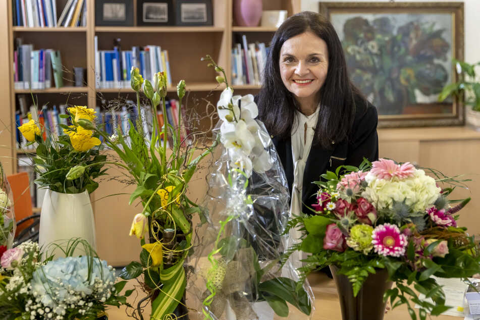 Abschied mit Blumen: Kollegen und auch Bürgermeister Ralph Burghart (50, CDU) bedankten sich bei Elke Beer für 46 Jahre Dienst in der Stadtbibliothek.