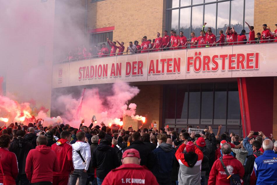 Tausende Fans hatten die Mannschaft von Trainer Urs Fischer am Samstag auf dem Platz vor dem Stadion An der Alten Försterei gefeiert.