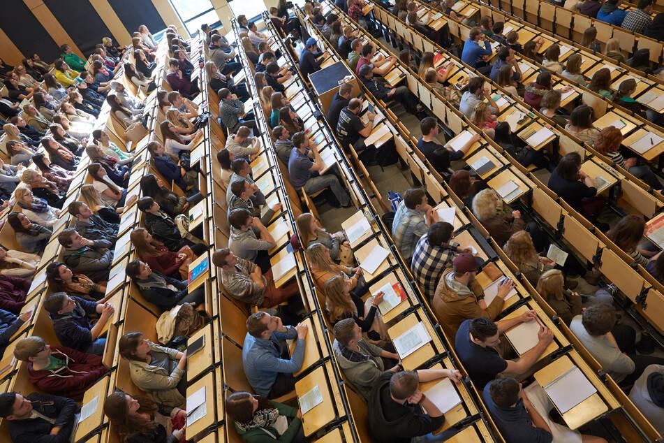 Studenten sitzen am Campus Koblenz der Universität Koblenz-Landau im großen Hörsaal.