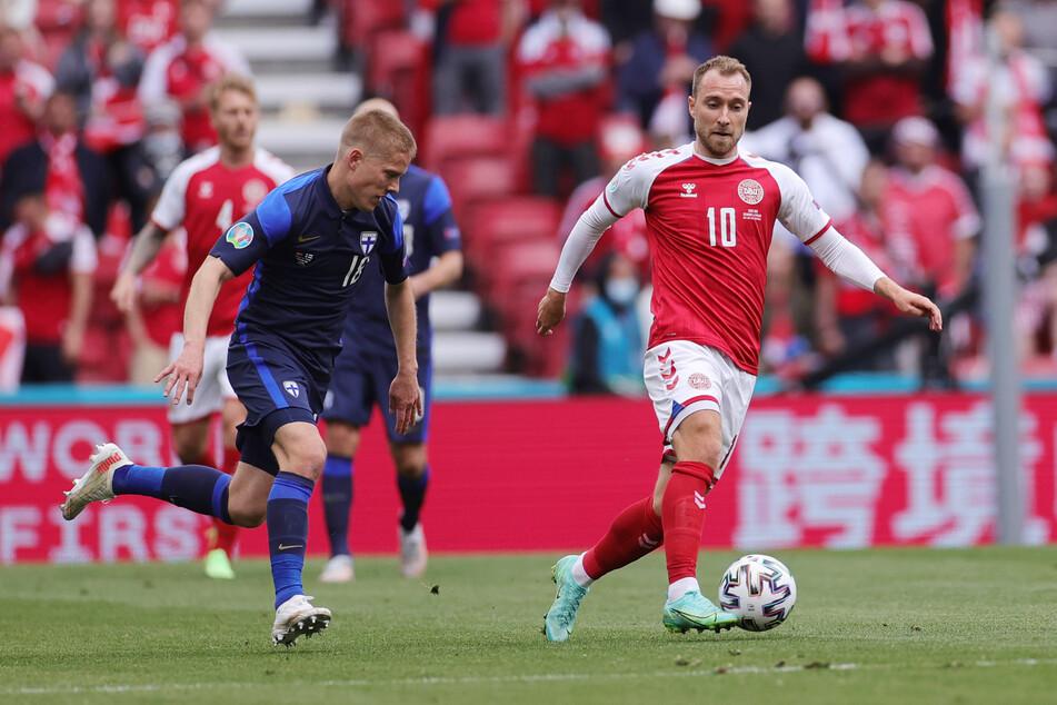 Der dänische Fußballer Christian Eriksen (29, r.) ist während eines EM-Spiels auf dem Platz zusammengebrochen. Er ist inzwischen im Krankenhaus, sein Zustand gilt als stabil.