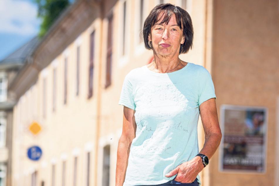 Startet einen Hilferuf: Regina Nüßgen (70) vor dem Kulturzentrum in Reinhardtsgrimma, der Spielstätte des Chores.