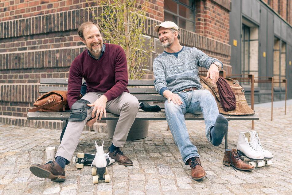 Bryan Rothfuss (43, l.) und Marcus Günzel (43) ziehen sich auf der Bank die Rollschuhe an.