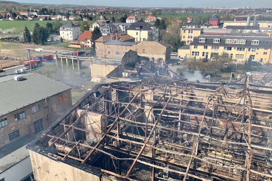 Vier Werks- und Lagerhallen von verschiedenen Firmen gingen in der Nacht zu Donnerstag in Flammen auf.