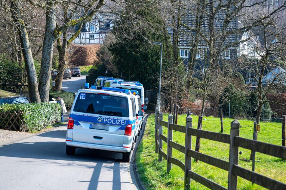 Die Polizei bei einer Razzia im März 2020 in Gummersbach.