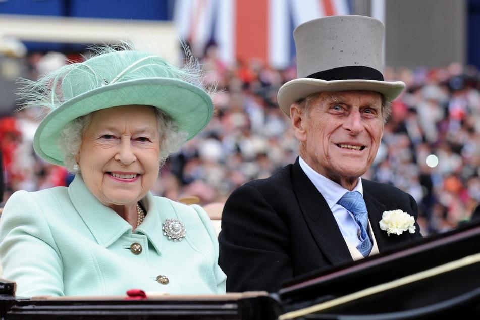 """Königin Elizabeth II. und Prinz Philip, Herzog von Edinburgh, besuchen den """"Ladies Day"""" beim Royal Ascot Pferderennen 2012. Die beiden waren seit 1947 verheiratet."""