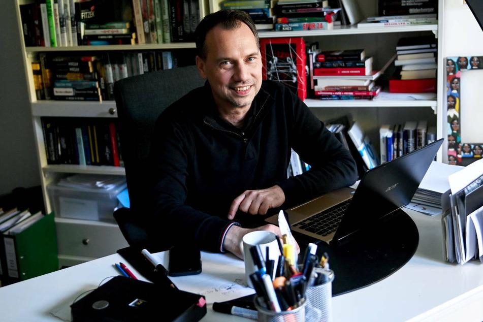 """Sebastian Fitzek sitzt an seinem Schreibtisch in seinem Arbeitszimmer. Für Kritik hat der Thrillerautor seinen ganz persönlichen """"Spamfilter""""."""