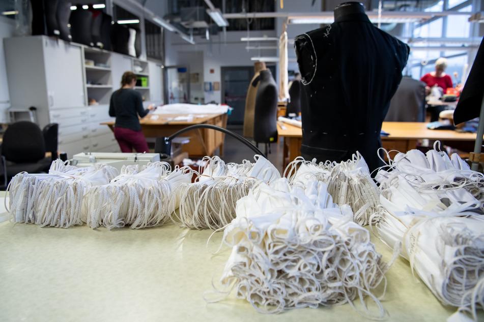 Genähte Atemschutzmasken aus Baumwolle liegen in der Werkstatt vom Bühnenservice Berlin.