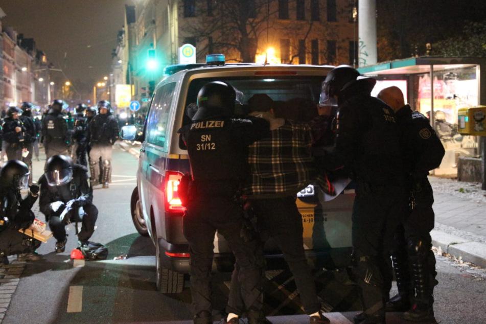 Auch gegen Polizeibeamte wird ermittelt, unter anderem wegen Körperverletzung im Amt.