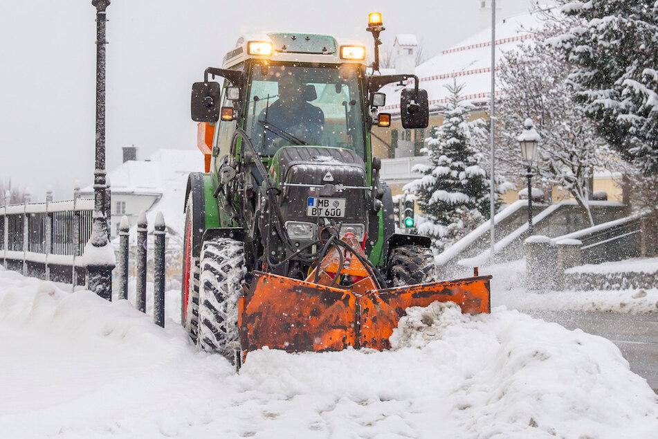 Schneefall behindert Verkehr: Wenig Autos unterwegs, Zugverkehr lahmgelegt