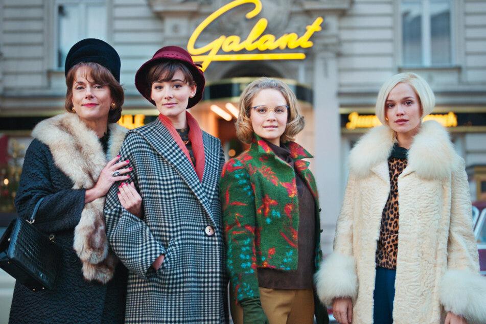 """V.l.n.r.: In der dritten Staffel """"Ku'damm 63"""" sind auch Claudia Michelsen (52), Maria Ehrich (28), Sonja Gerhardt (31) und Emilia Schüle (28) wieder mit dabei."""