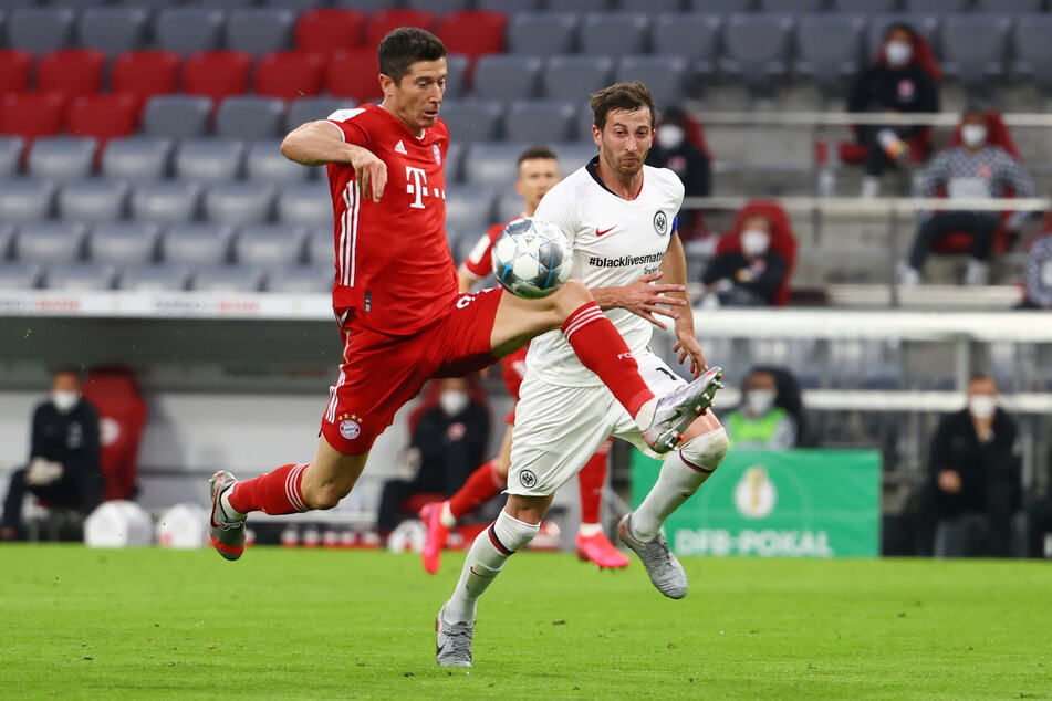 Münchens Robert Lewandowski (l.) gegen Frankfurts David Abraham in Aktion.