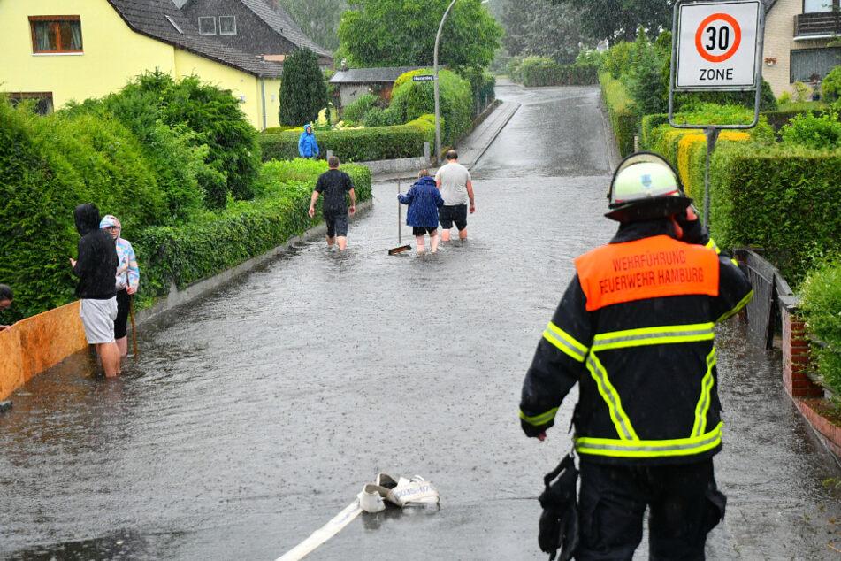 Unwetter überflutet Straßen in Hamburg und es droht weiterer Starkregen